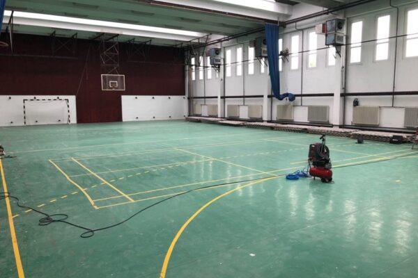 Egy általános iskola tornatermének felújítása, mindig elfogultsággal van a kivitelezők felé. Hiszen mindnyájan voltunk gyerekek, iskolások és szerettük a sportot.