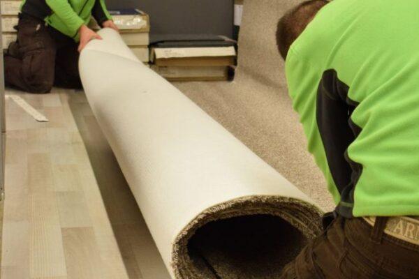 Pontosan méretezett alaprajz szerint a nálunk vásárolt PVC burkolatot vagy padlószőnyeget, méretre vágjuk.